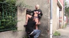 Парень отлизывает киску блондиночке прямо посреди улицы