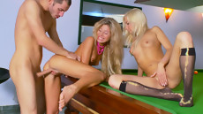 Секс на бильярдном столе в попку с двумя девушками