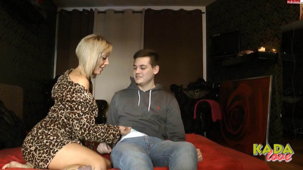 Опытная женщина обучает молодых сексу