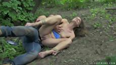 Парень жестко трахает красивую девушку в лесу