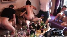 Пьяные телки трахаются на шумной вечеринке в квартире