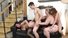 Групповой секс зрелых дам и молодого парня