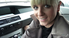 Немецкий парень со своей девушкой трахаются в машине