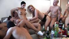 Пьяный секс свингеров в маленькой квартире