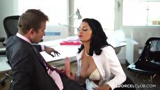Красивая начальница соблазнила своего молодого работника после трудового дня