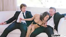 Жена шлюха на дому ублажает мужа и его лучшего друга