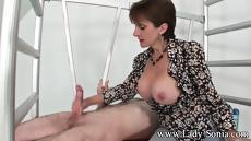 Женщина дрочит член, заставляя его брызнуть спермой