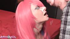 Девушка с розовыми волосами Nasse Laila получает сперму на лицо