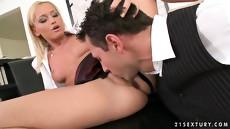 Секретарша и босс занялись анальным сексом в кабинете