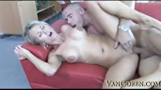 Девушка крутит попой и соблазняет похотливого самца